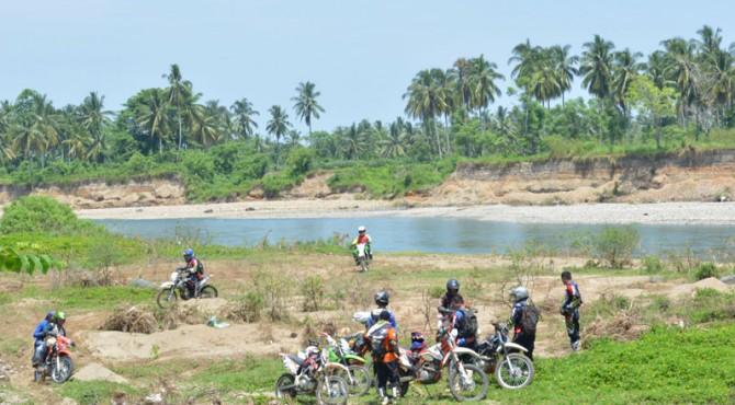 Gubernur Sumbar Irwan Prayitno saat mengunjungi lokasi bersama komunitas Lubuk Alung Trail Adventure, Minggu, 3 Maret 2016.