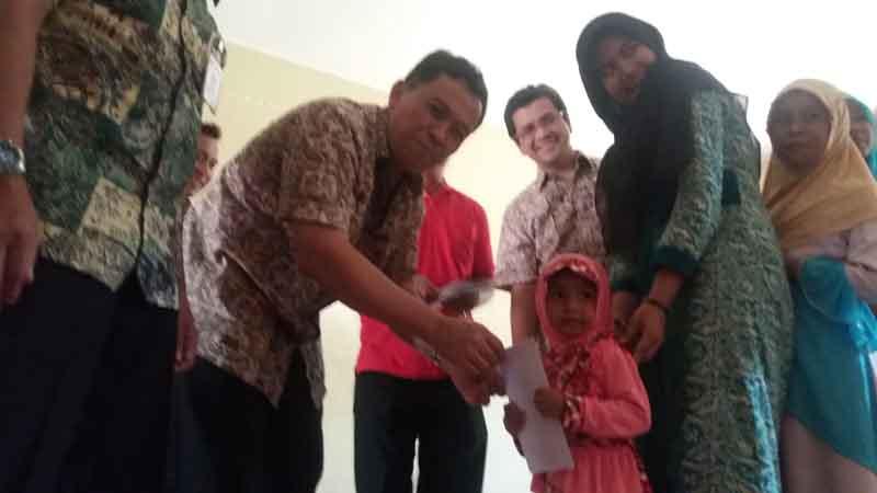 Direktur Produksi dan Litbang Semen Indonesia Grup, Johan Samudara di dapingi sejumlah Direksi PT Semen Padang menyantuni anak asuh di Panti Sosial Anak Asuh Lubuk Kilangan