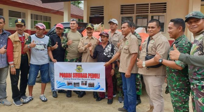 Danrem 032/Wirabraja Brigjen Kunto Arif Wibowo bersama Ketua PORBBI Sumbar foto bersama dengan Bupati Solok Selatan Muzni Zakaria usai menyerahkan bantuan kepada korban bencana banjir bandang di Solok Selatan.