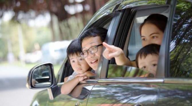 ilustrasi anak duduk di jok depan mobil