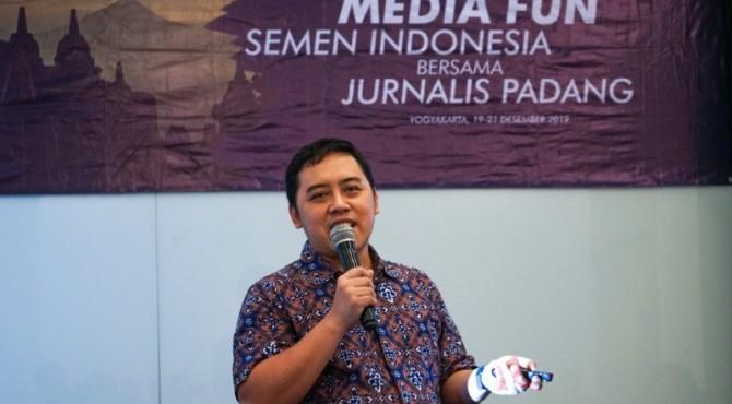 Kepala Departemen Komunikasi Perusahaan Semen Indonesia, Sigit Wahono�memberikan sambutan saat acara Media Fun Semen Indonesia dengan Jurnalis Padang di sebuah hotel di Yogjakarta.