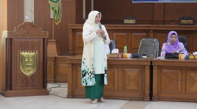 Henny Riza Falepi saat menjadi pembicara pada sosialisasi Pemberdayaan Perempuan dan Peningkatan Kapasitas Politik bagi Perempuan di Aula Kantor DPRD Kota Payakumbuh, Rabu(10/4).