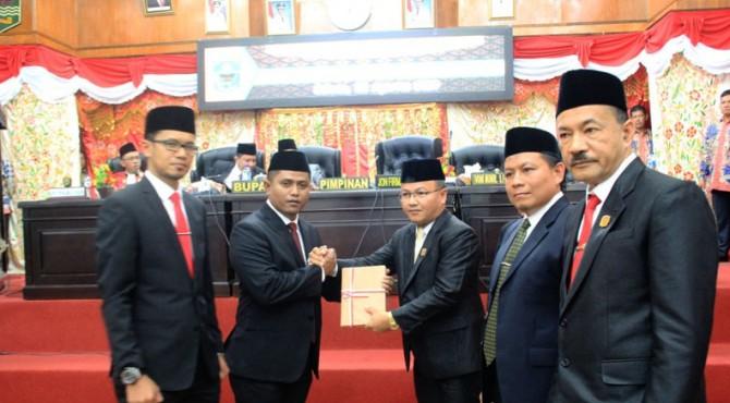 Penyerahan palu sidang dari ketua DPRD sebelumnya, H. Hardinalis Kobal kepada ketua sementara, Jon Firman Pandu.