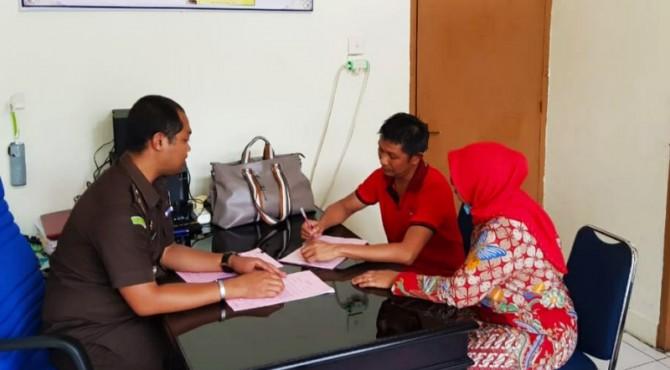 Penyerahan tersangka dan berkas kasus korupsi dana desa nagari Talang Babungo di Kejaksaan Negri Solok