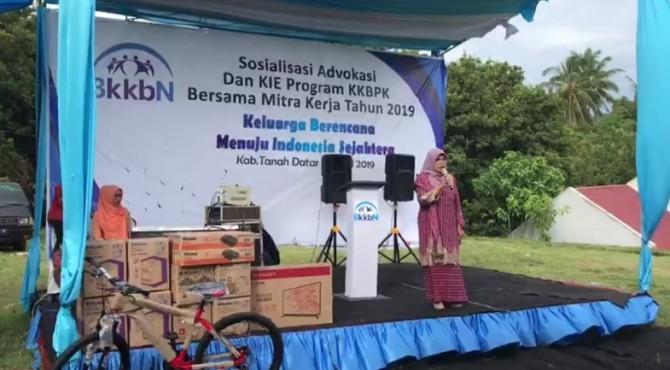 Anggota Komisi IX DPR RI, Betti Shadiq Pasadigue saat mengahadiri sosialisasi program KKBPK yang digelar BKKBN di Nagari Koto Tuo salimpauang, Kecamatan Salimpauang, Tanah Datar, Senin, 13  April 2019.