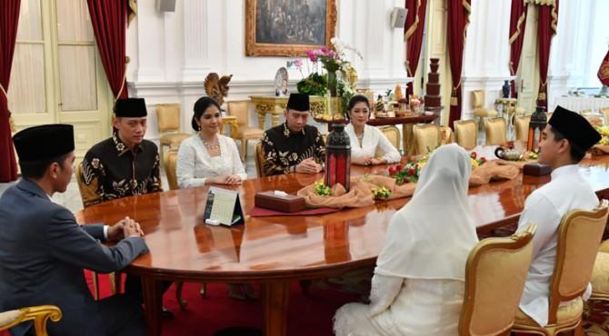 Presiden didampingi Ibu Negara Iriana bersilaturahmi dengan AHY dan EBY di Istana Merdeka, Jakarta, Rabu (5/6).