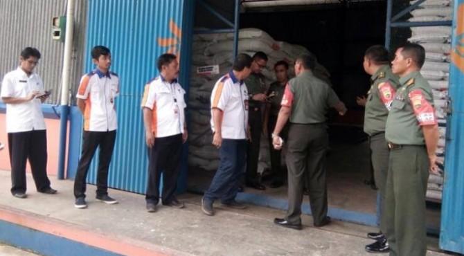 Tim Sergap Markas Besar Angkatan Darat (Mabesad) saat mengunjungi Bulog di Kabupaten Pasaman