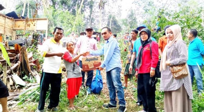 Anggota DPRD Pasaman, Yulisman bersama Dinas Sosial Pemkab Pasaman saat menyerahkan bantuan.