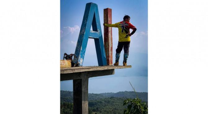 Mr. Ang Xi Han berpose melihat keindahan alam Sumbar dari ketinggian dan mengunggah di akun Facebook miliknya