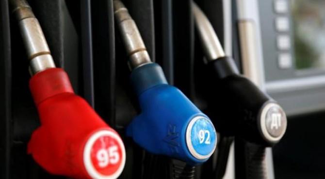 Nozel pompa bensin digambarkan di sebuah stasiun bahan bakar yang dimiliki oleh perusahaan M10-minyak di Tver, Rusia, 1 Juni 2016.