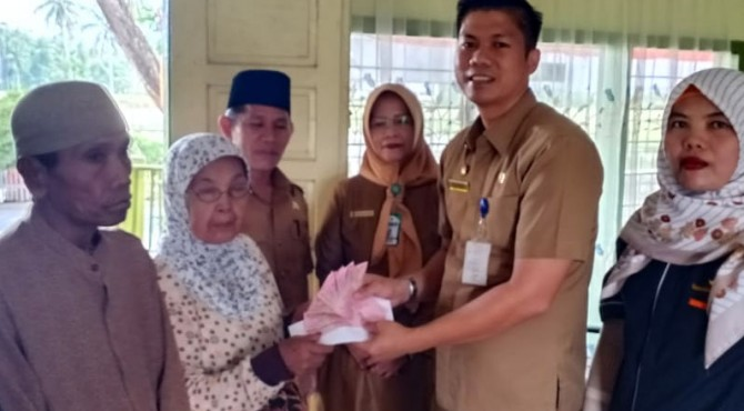 Kepala Dinsos P3A Hendra Aswara serahkan bantuan untuk lansia Padang Pariaman di Kantor Wali Nagari Sunua Tengah, Kec. Nan Sabari , Senin (2/9).