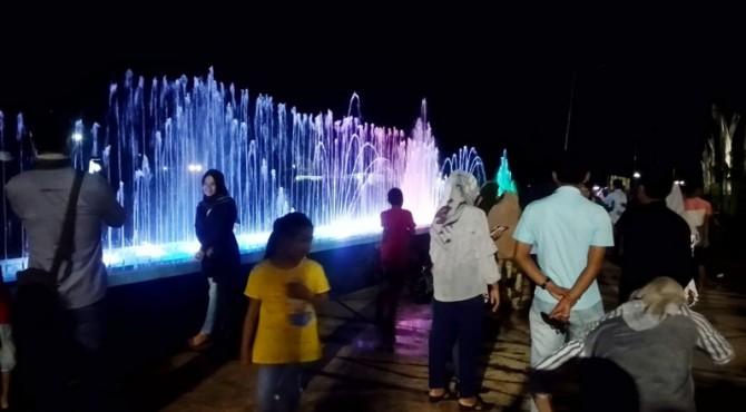 Air Mancur Warna Warni jadi idola masyarakat saat berkunjung ke Istiqlal Park, Lapangan Merdeka kota Solok