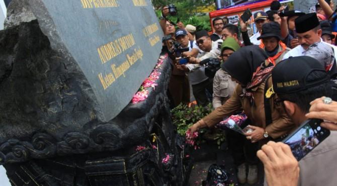 Tabur bunga saat peringatan 10 tahun gempa sumbar di Tugu Gempa Padang