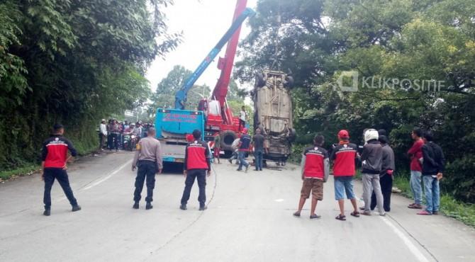 Proses evakuasi minibus yang masuk jurang di kawasan Panorama 2.