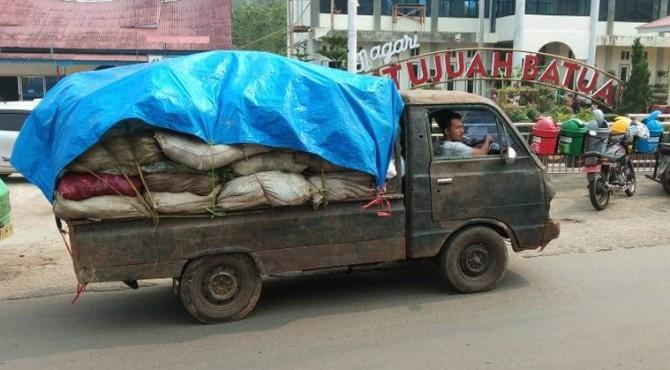 Truk pengangkut sampah Nagari Situjuah Batu di Kecamatan Situjuah Limo Nagari, Kabupaten Limapuluh Kota.