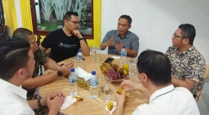 Pertemuan jajaran direksi Marawa Grup, Cocos Tour Indonesia dan Wawako Padang Hendri Septa di rumah dinas Wawako Padang, Selasa malam (5/11)
