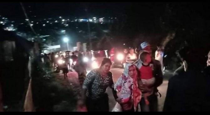 Warga Kota Luwuk, Ibu Kota Kabupaten Banggai, Sulawesi Tengah, dilaporkan panik dan berlarian mencari tempat yang tinggi, setelah gempa bumi 6,9 SR mengguncang wilayah Banggai dan Banggai Kepulauan, Jumat malam pukul 19.40 WITA.