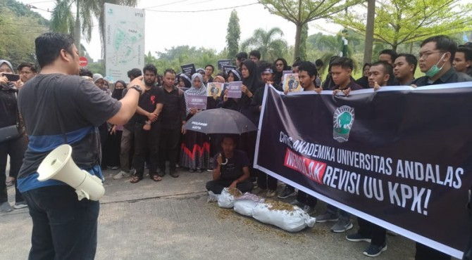 Suasana demo yang tengah berlangsung di Unand