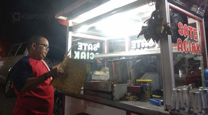 Syafrisal alias Aciak (48 tahun) pedagang sate di Jalan Cendrawasih Air Tawar Barat Padang