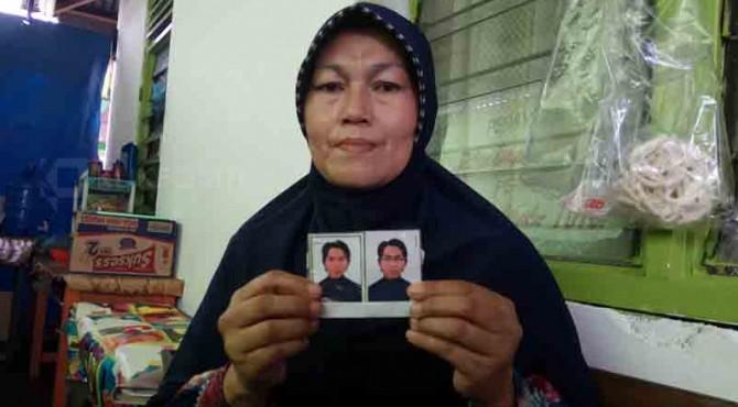 Orangtua salah satu mahasiswa yang ditangkap d Mesir memperlihatkan foto anaknya.