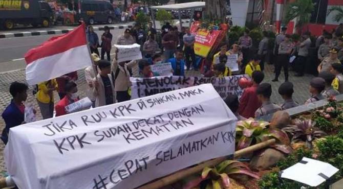 Mahasiswa dari Aliansi Mahasiswa Hukum Indonesia menggelar aksi unjuk rasa di depan Gedung Komisi Pemberantasan Korupsi (KPK), Jalan Kuningan Persada, Jakarta Selatan, Selasa (17/9/2019)