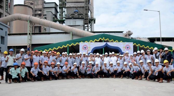Foto bersama jajaran direksi dengan karyawan di Indarung 6 saat acara Halal bi Halal Semen Padang, 13 Juni 2019