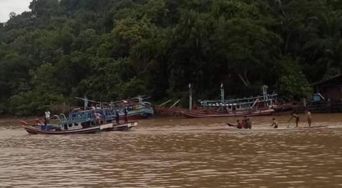 Kapal nelayan yang karam pada Minggu lalu di Pasbar.