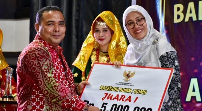 Ketua Komisi Informasi Provinsi Sumbar Adrian Tuswandi (kiri) menyerahkan Penganugerahan Pemeringkatan Badan Publik se-Sumatera Barat (Sumbar) Tahun 2019 untuk kategori BUMN/BUMND kepada Kepala Unit Humas & Kesekretariatan PT Semen Padang Nur Anita Rahmawati