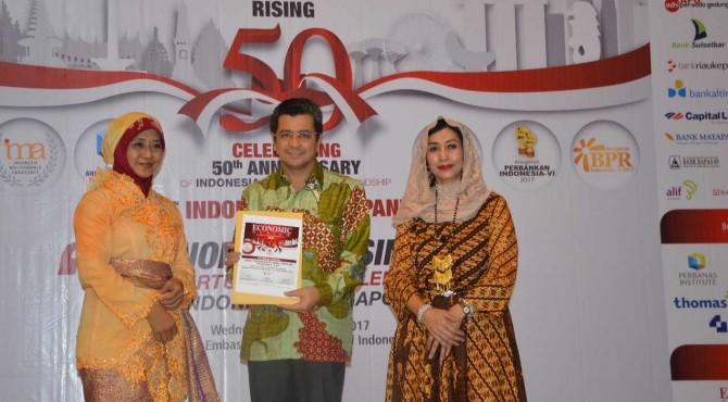 Direktur Utama Semen Padang Benny Wendry (tengah) usai menerima penghargaan Anak Perusahaan BUMN Indonesia Terbaik 2017. Penghargaan diserahkan Ketua Dewan Juri Anugerah Anak Perusahaan BUMN
