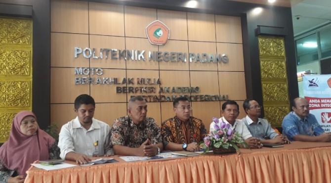 Direktur PNP, Surfa Yondri (tengah) saat jumpa pers penerimaan mahasiswa baru kelas kerjasama dengan PLN