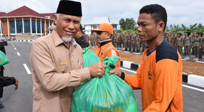 Wali Kota Padang Mahyeldi Ansharullah serahkan paket sembako secara simbolis