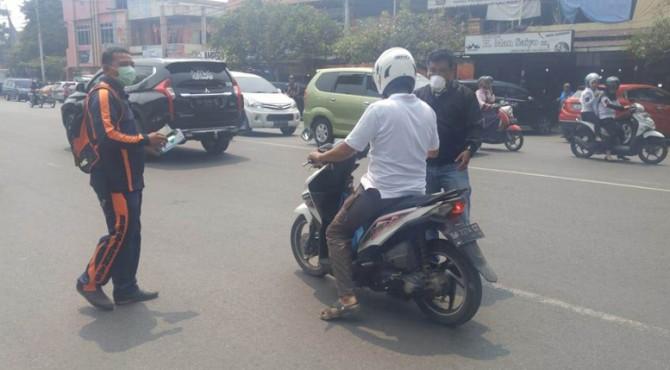 Bagi-bagi masker di Kota Payakumbuh.