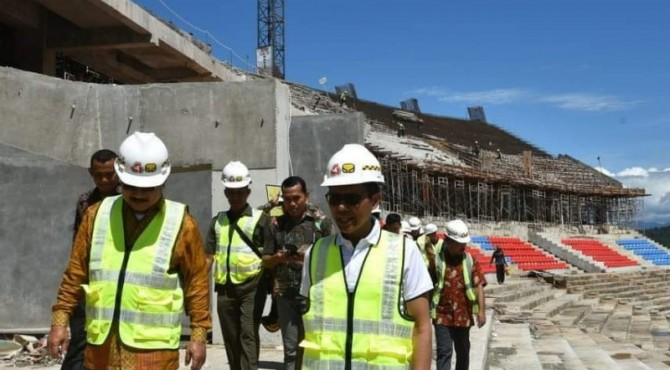 Gubernur Sumbar Irwan Prayitno didampingi Bupati Padang Pariaman Ali Mukhni meninjau pembangunan Main Stadium