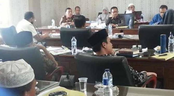 Suasana saat Rapat pandangan terhadap APB Perubahan 2019 di ruang Bamus Gedung Parlemen Padang Tujuh