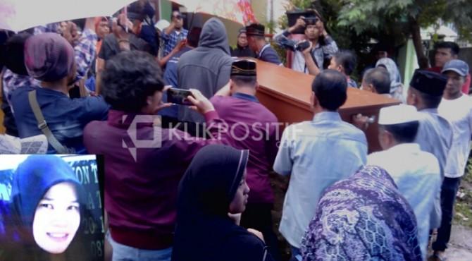 Jenazah Afriyanda (35) dibawa ke rumah duka.