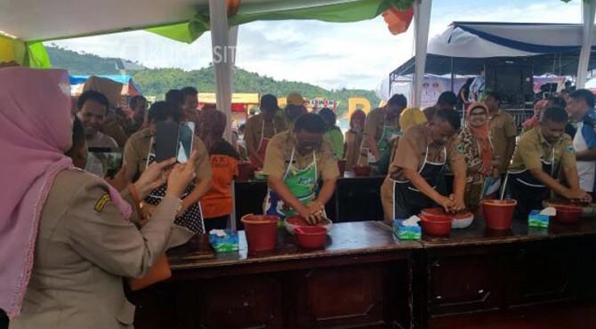 Lomba menggiling cabai antar Kepala OPD di Pessel dalam Festival Langkisau 2017.