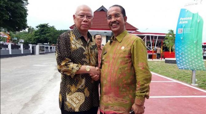 Bupati Pasaman, Yusuf Lubis berfoto dengan Ketua Dewan Pers, Bagir Manan.