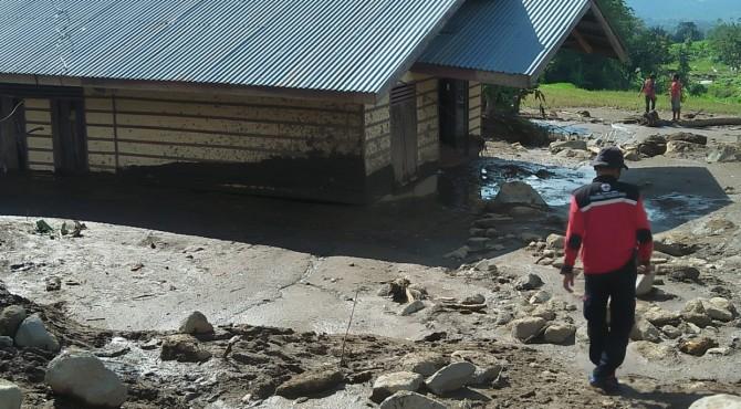Anggota TRC Semen Padang tengah menelusuri lokasi terdampak banjir bandang di Nagari Situjuh Gadang, Limapuluh Kota, Rabu, 17 April 2019