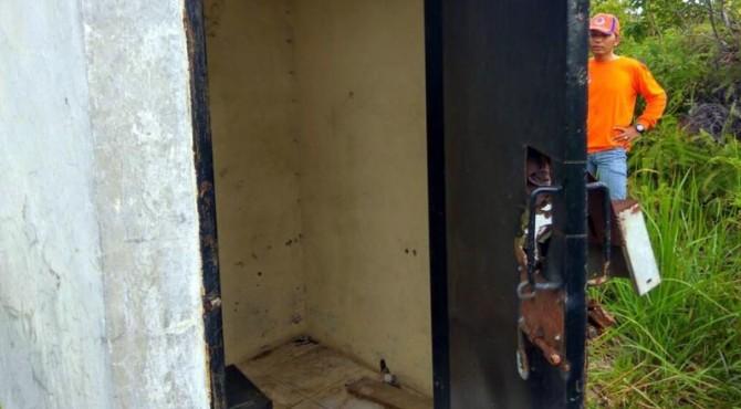Pintu tempat alat pendeteksi tsunami dan radio komunikasi di Pessel dikupak maling.