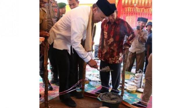Bupati Tanah Datar Irdinansyah Tarmizi meletakan batu pertama pembangunan Musala Al Ikhlas Jorong Taratak XII, Nagari Atar, Kecamatan Padang Ganting.