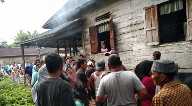 Warga Jorong Pematang Sontang-Pasbar berbondong-bondong kerumah korban yang meninggal dunia