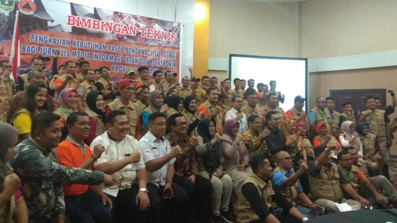 Pejabat BPBD Sumbar foto bersama Wartawan