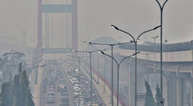 Kondisi asap di Palembang, Sumsel, Senin (14/10).