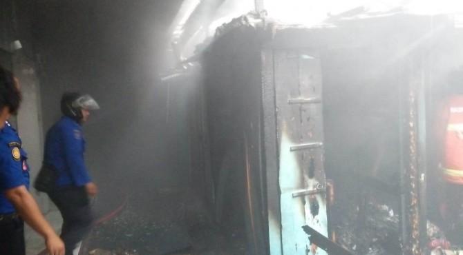 Kondisi dua kios yang terbakar di Pasar Payakumbuh Blok Barat.