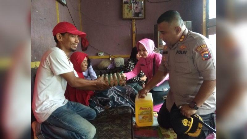Kapolres Sawahlunto AKBP Junaidi Nur Saat Menyerahkan Bantuan Tali Asih