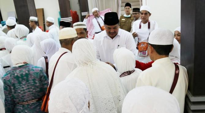 Wako Solok Zul Elfian menyalami para jemaah haji yang baru turun dari peaawat di BIM