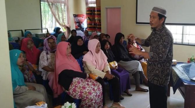 Dosen Fakultas Farmasi, Universitas Andalas (Unand) Dr. Syofyan M. Farn, Apt saat melakukan sosialisi kepada masyarakat di Kota Pariaman.