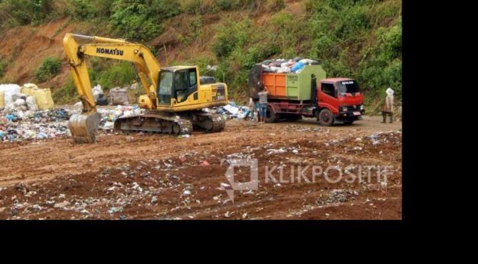 Mobil pembawa sampah saat membongkar muatan di TPA Regional Payakumbuh, Rabu (10/4).