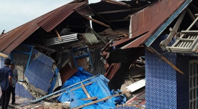 Rumah warga rusak parah usai dihantam dump truk di Nagari Talang, Kabupaten Solok.