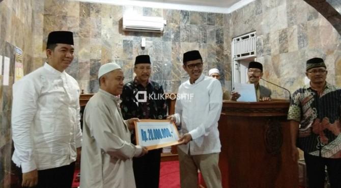 Gubernur Sumbar Irwan Prayitno menyerahkan bantuan sebanyak Rp 20 juta saat Safari Ramadan di Masjid Al-Hidayah Komplek Belanti Permai, Kampung Lapai, Kecamatan Nanggalo Kota Padang, Rabu malam, 8 Mei 2019.